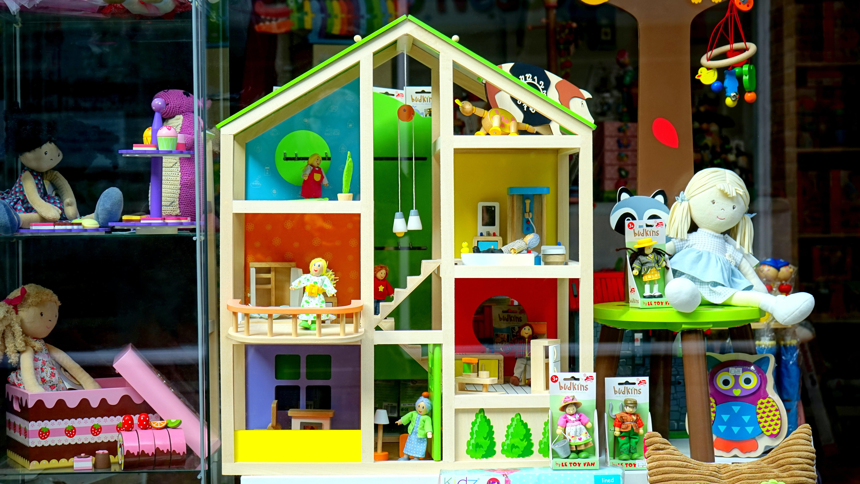 Zabawkowe mebelki dla lalek
